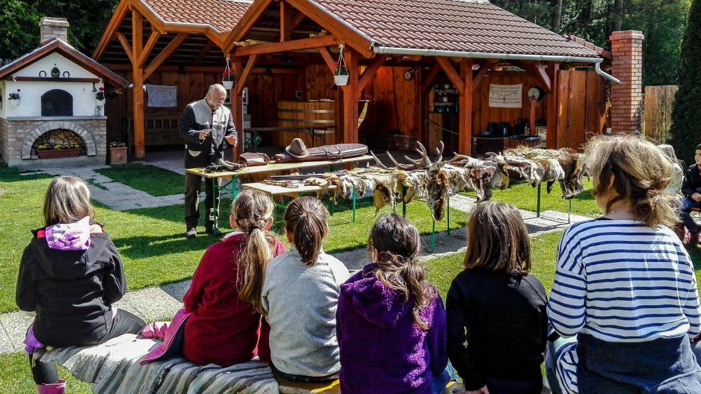 Egy kép. Erdei iskola, előadás az erdei állatokról.