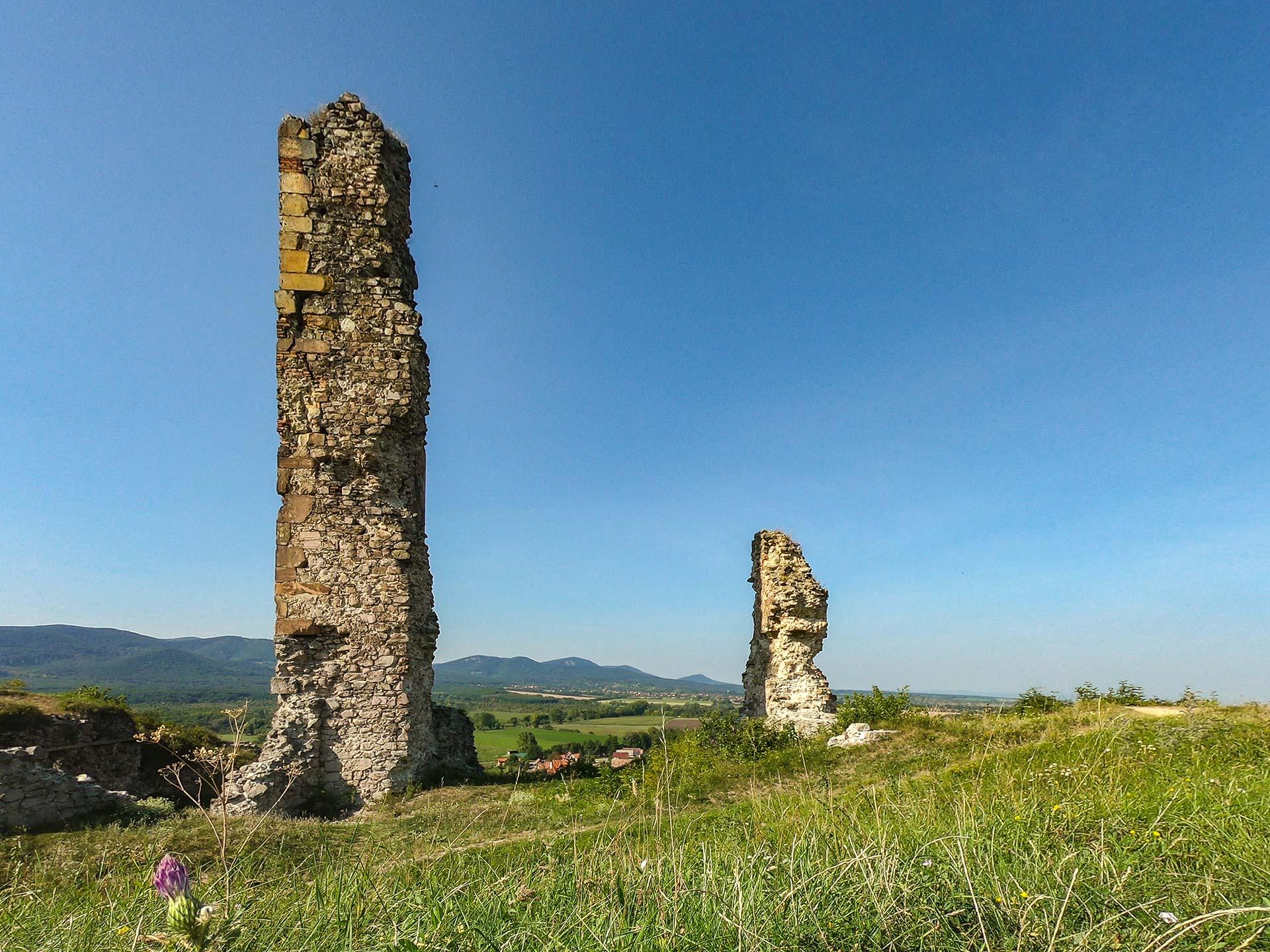 Egy kép. Nógrád vára, a Nagy torony romjai.